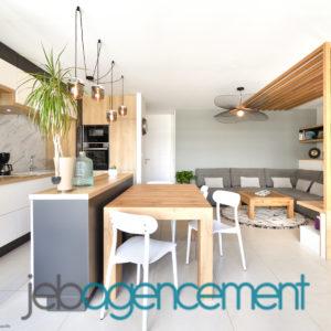 Cuisine Asymétrique Sur Mesure En Bois Gris Et Blanc Avec Ilot Central Et Tasseaux De Bois Dans Le Salon